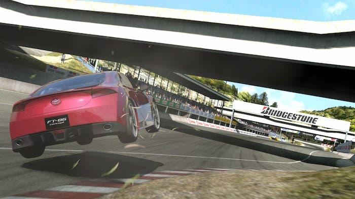 Piano con desnivel que aparece en la última curva del Trial Mountain de Gran Turismo 5