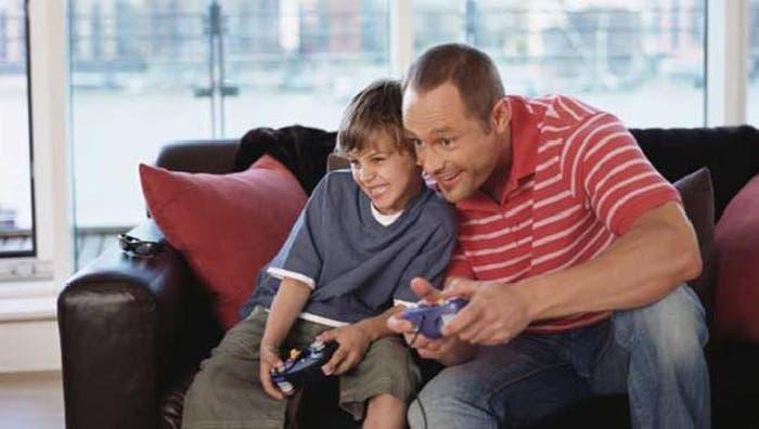 Un hijo y un padre disfrutando de los videojuegos
