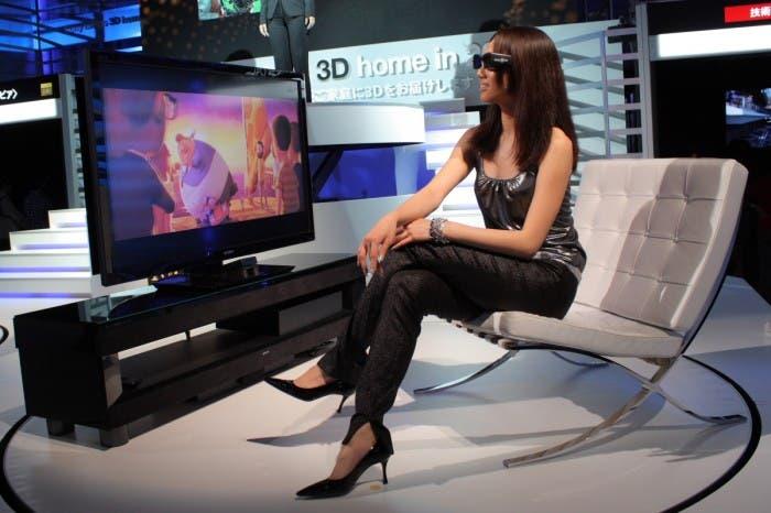 Chica probando 3D TV de Sony