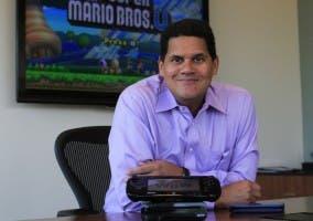 Reggie Fils-Aime con una Wii U y New Super Mario Bros U