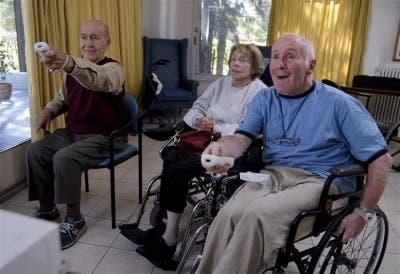 Ancianos jugando videojuegos
